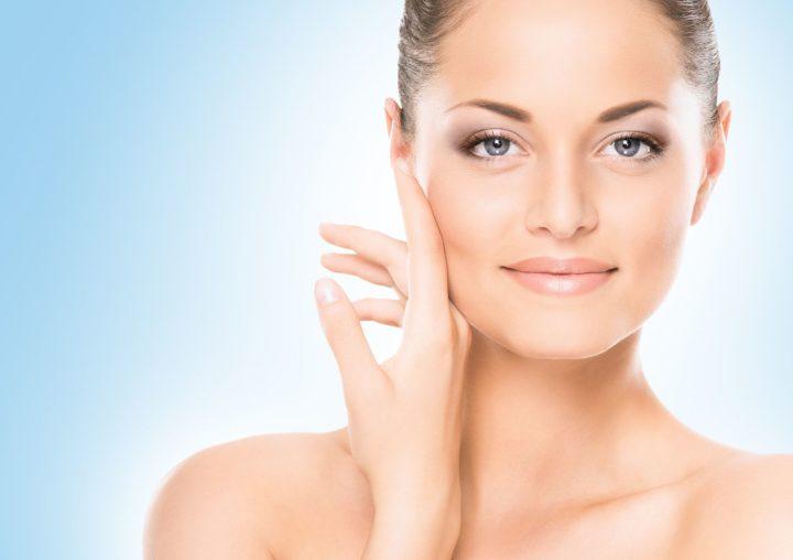 Причины и возможные симптомы красных пятен на лице.