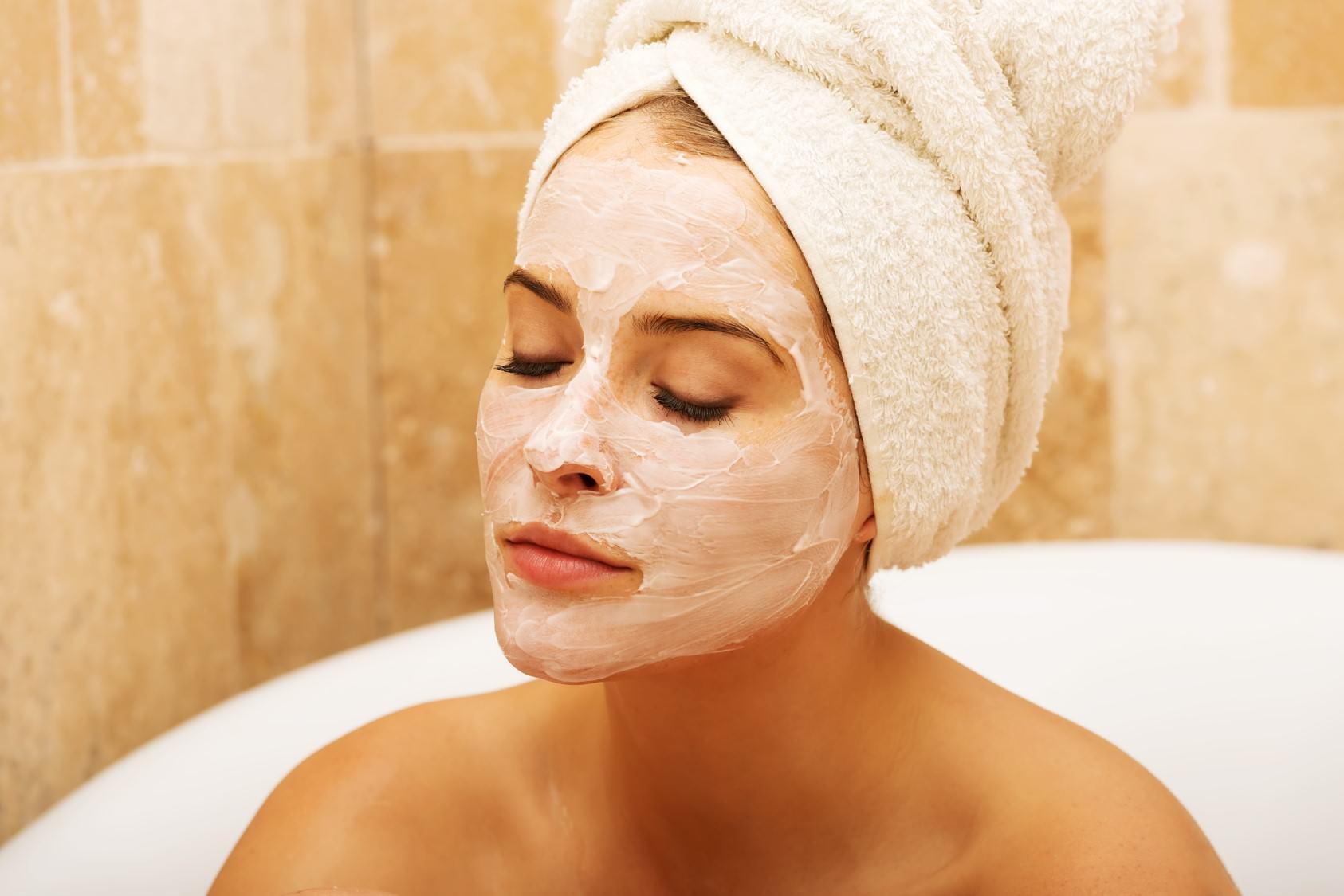 Способ применения и домашние рецепты витаминных масок против морщин.