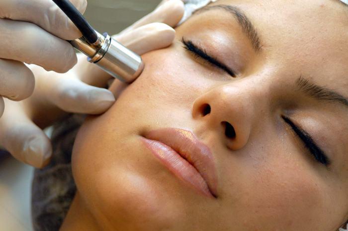 Дермабразия лица: особенности процедуры, её виды и этапы проведения