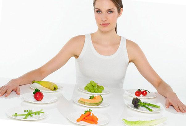 строгая девушка перед тарелками